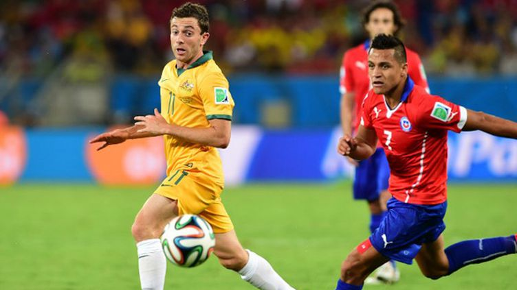 Alexis Sanchez (Chili) devance Tommy Oar (Australie) (MARTIN BERNETTI / AFP)