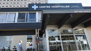 Le centre hospitalier de Laval, où sont redirigés les malades du coronavirus du département. (JEAN-FRANCOIS MONIER / AFP)