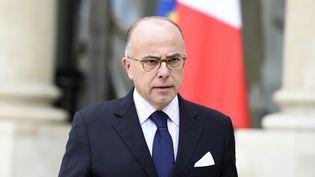 Bernard Cazeneuve quitte une réunion interministérielle sur les migrants à l'Elysée (Paris), le 3 septembre 2015. (ALAIN JOCARD / AFP)