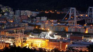 Les décombres du pont Morandi, éclairés pour permettre le travail des sauveteurs, dans la soirée du 14 août 2018 à Gênes (Italie). (STEFANO RELLANDINI / REUTERS)