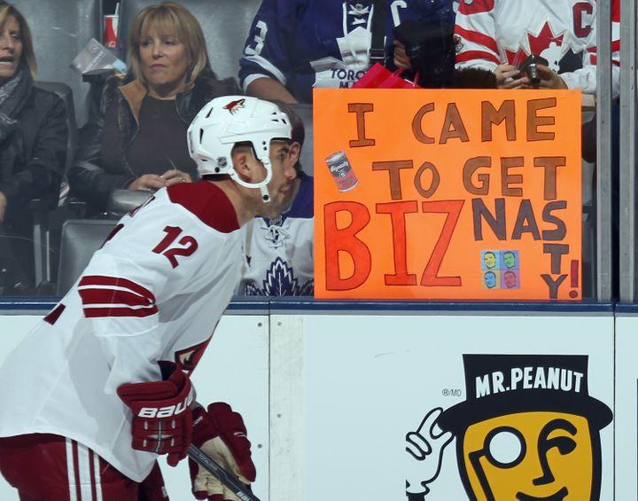 Le hockeyeur canadien Paul Bissonnette devant une banderole à la gloire de son compte Twitter (@biznasty2point0), à Toronto, au Canada, le 15 novembre 2011. (BRUCE BENNETT / GETTY IMAGES)