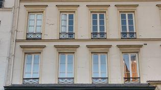 Unmagasin de chaussures est fermé pendant le confinement, le 18 novembre 2020 à Paris. (EMMA BUONCRISTIANI / HANS LUCAS / AFP)