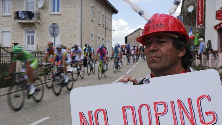 """Un spectateur porte une pancarte """"Non au dopage"""" sur l'étape Macon-Bellegarde-sur-Valserine du Tour de France, le 11 juillet 2012. (JOEL SAGET / AFP)"""
