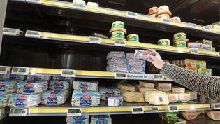 Des produits manquent dans le rayon d'un supermarché de Quimperlé (Finistère), touché par la pénurie de beurre, le 20 octobre 2017. (MAXPPP)