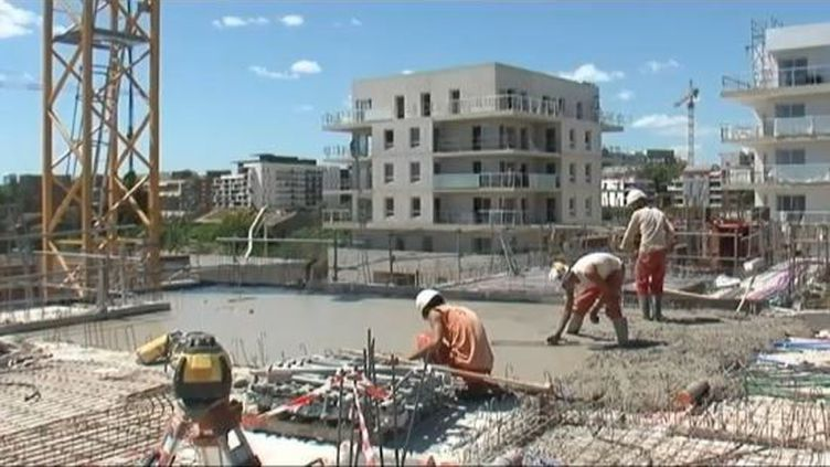 Des ouvriers sur un chantier à Montpellier (Hérault), le 26 juin 2012. (FTVI / FRANCE 3)