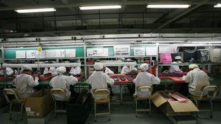 Des ouvriers d'une usine Foxconn à Longhua (Chine), en mai 2010. (BOBBY YIP / REUTERS)