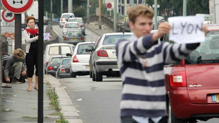 Des personnes font de l'autostop porte d'Orléans, à Paris, à l'entrée de l'autoroute A6. (EMILIEN CANCET / AFP)