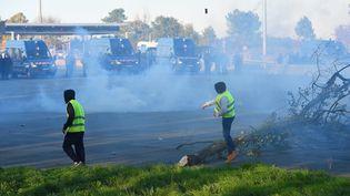 """Des """"gilets jaunes"""" sur l'autoroute A10 à Virsac, près de Bordeaux, le 18 novembre 2018 (illustration). (NICOLAS TUCAT / AFP)"""