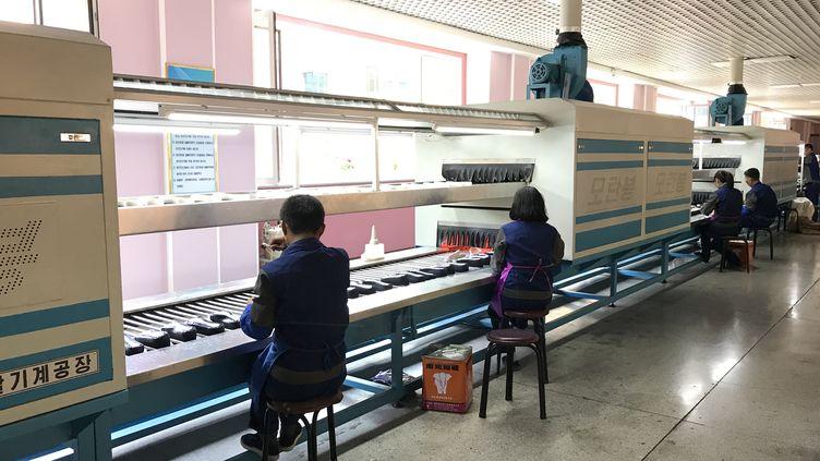 Dans une fabrique de chaussures en Corée du Nord, en avril 2018. (ÉLISE DELÈVE / FRANCEINFO)