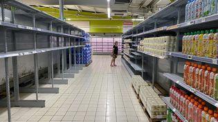 Inquiétés par le coronavirus, certains consommateurs ont fait des stocks de provisions. (BENOIT DURAND / HANS LUCAS / AFP)