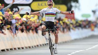 Le 26 juin 2021, Julian Alaphilippe remporte la première étape du Tour de France à Landerneau. (CHRISTOPHE PETIT TESSON / AFP)