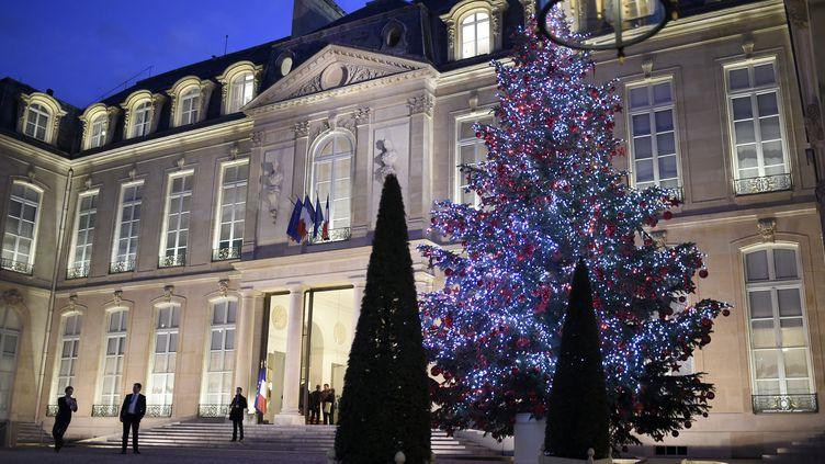 Le sapin de Noël dans la cour de l'Elysée, à Paris, le 16 décembre 2016. (STEPHANE DE SAKUTIN / AFP)
