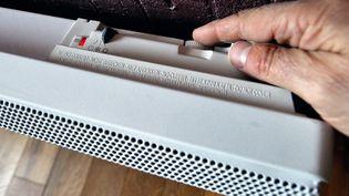 Une personne monte son chauffage électrique dans son appartement, à Lille (Nord), le 3 février 2012. (PHILIPPE HUGUEN / AFP)