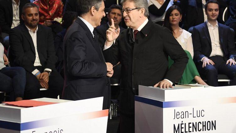 François Fillon et Jean-Luc Mélenchon échangent quelques mots avant le débat. (LIONEL BONAVENTURE / AFP)