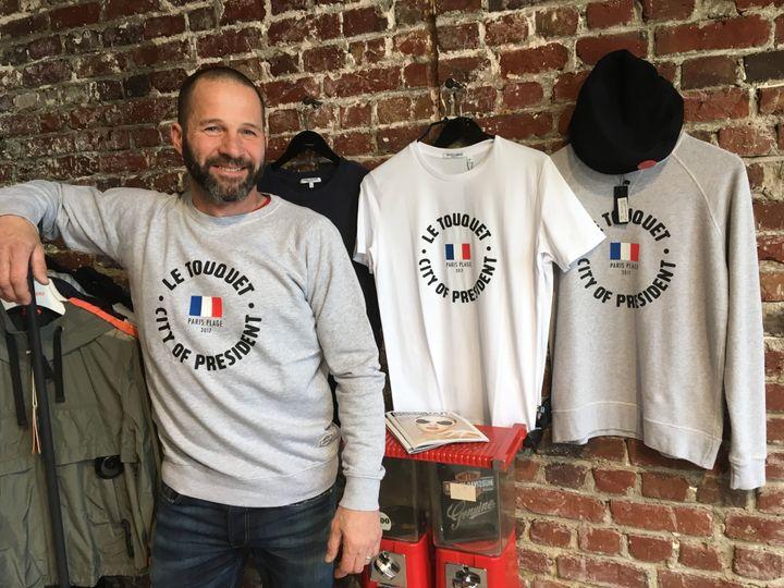 Fabrice Cassez, gérant de la boutique Cape Cod, au Touquet (Pas-de-Calais), le 5 avril 2018. (RAPHAEL GODET / FRANCEINFO)