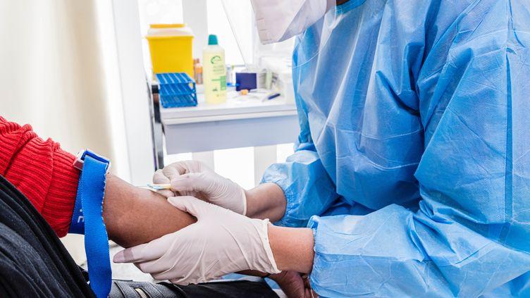 Un test sérologique pour le Covid-19 réalisé dans un centre médical parisien, le 13 mai 2020. (VOISIN / PHANIE / AFP)