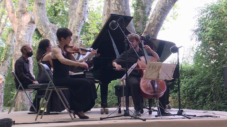 Le Trio Karénine sous les platanes centenaires du parc Florans. (France 3 Provence-Alpes)