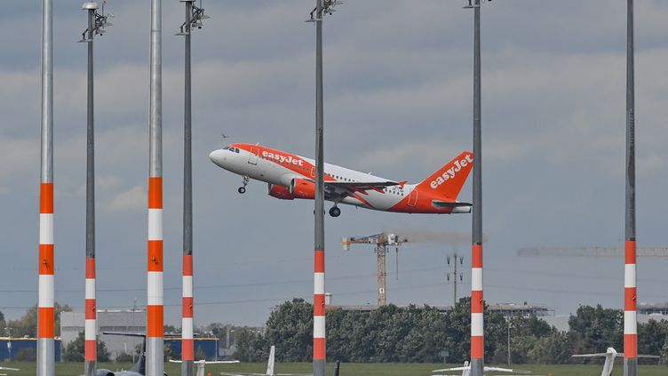 Un avion EasyJet à l'aéroport Willy-Brandt, à Berlin (Allemagne), le 6 octobre 2020. (PATRICK PLEUL / DPA-ZENTRALBILD / AFP)