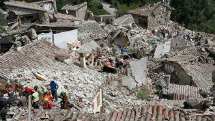 Les sauveteurs travaillent dans la commune dePescara del Tronto, centre de l'Italie, après le séisme, le 14 août 2016.  (REMO CASILLI / REUTERS)