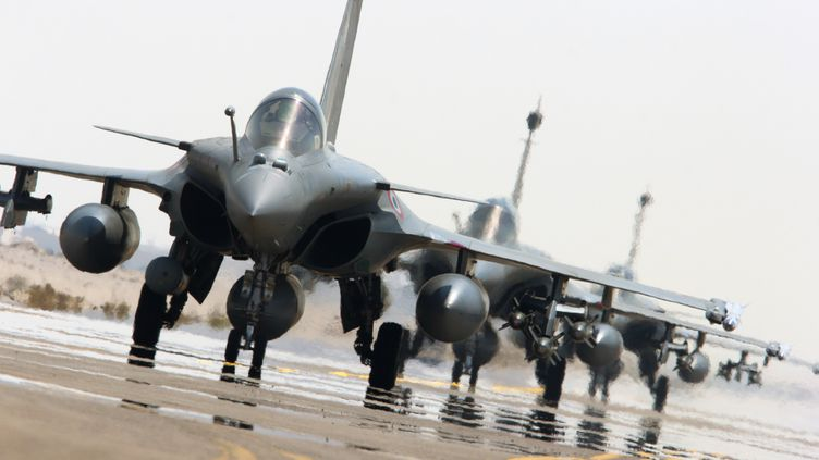 Des Rafale français, sur le tarmac d'une base aérienne du Golfe, le 27 septembre 2015. (ECPAD / ARMEE DE L'AIR / AFP)