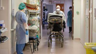 Un patient atteint du Covid-19 dans l'hôpital de Périgueux (Dordogne), le 20 novembre 2020. (ROMAIN LONGIERAS / HANS LUCAS / AFP)