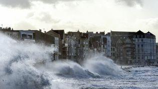 De fortes vagues s'abattent sur le front de mer à Wimereux (Pas-de-Calais), le 3 janvier 2018, pendant le passage de la tempête Eleanor. (FRANCOIS LO PRESTI / AFP)