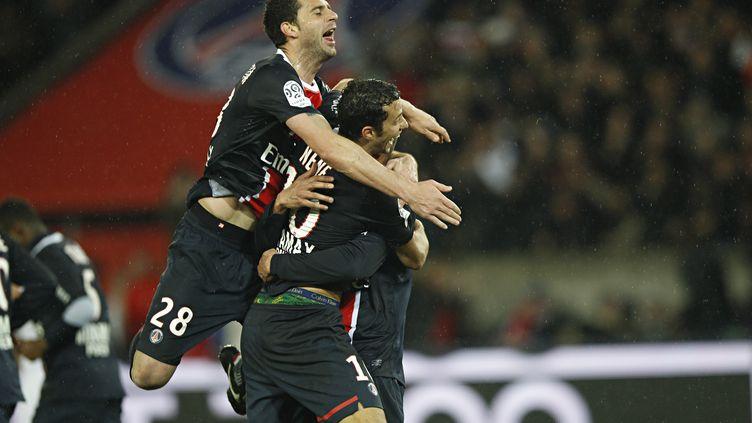 Thiago Motta et Nene congratulent Guillaume Hoarau lors de la victoire du PSG face à Ajaccio (4-1), le 4 mars 2012, au Parc des Princes. (THOMAS SAMSON / AFP)