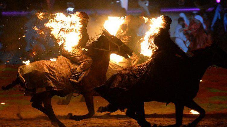Des artistes font une performance lors de la cérémonie d'ouverture des Jeux Nomades, le 3 septembre 2016 au Kirghizstan. (VYACHESLAV OSELEDKO / AFP)
