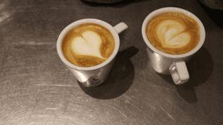 Deux cappuccino réalisés par la baristaAmélie Gaillard, le 11 octobre à Paris. (ROBIN PRUDENT / FRANCEINFO)