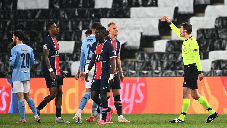 Idrissa Gueye a été expulsé en deuxième période face à Manchester City. (ANNE-CHRISTINE POUJOULAT / AFP)