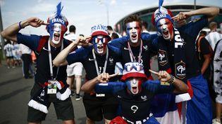 Des supporters français juste avant le match France-Argentine, huitième de finale de la Coupe du monde, le 30 juin 2018 à Kazan (Russie). (BENJAMIN CREMEL / AFP)