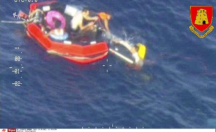 Photo donnée par l'armée maltaise de migrants à bord d'un radeau de sauvetage après le naufrage d'un bateau entre la Libye et l'île méditerranéenne, le 11 octobre 2013. (AP / SIPA  )
