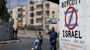 Un graffiti appelle au boycott d'Israël àBethléem, en Cisjordanie, le 5 juin 2015. (THOMAS COEX / AFP)