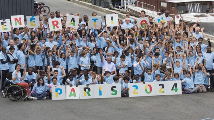 Sur les quais de Seine, les athlètes français et des jeunes ont célébré l'annonce officielle de la candidature de Paris pour les JO 2024