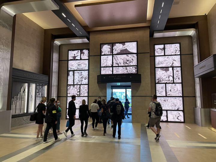 L'artiste espagnol Carlos Gomez aconçules cases de BD rétroéclairées en noir et blancdu hall d'entrée. Sans texte, l'histoire relate le rassemblement des Avengers. (Anthony Jammot)