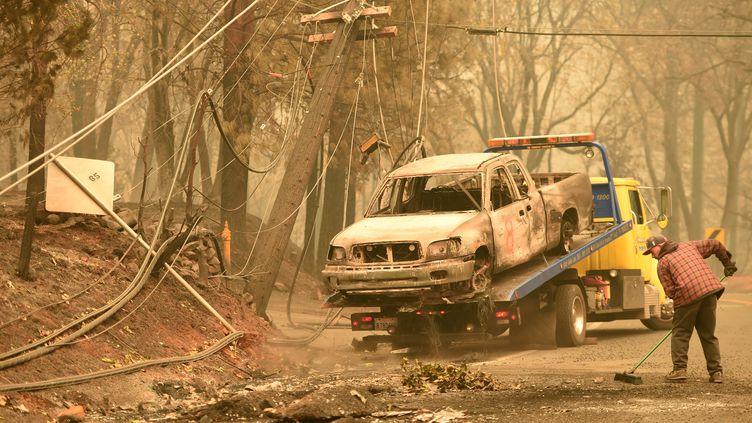 Des voitures carbonisées sont enlevées après l'incendie de forêt à Paradise, en Californie (Etats-Unis), le 12 novembre 2018. (Josh Edelson / AFP)