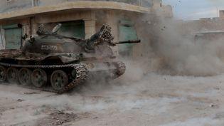 Des membres de l'opposition syrienne attaquent les forces du régime autour d'Alep, le 12 février 2016. (MUSTAFA SULTAN / ANADOLU AGENCY)