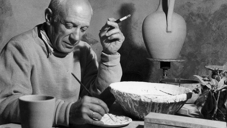 Pablo Picasso dans son atelier de Vallauris (Alpes-Maritimes) en avril 1949 (AFP)