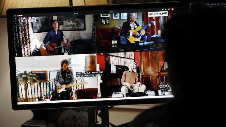 """Les quatre Rolling Stones confinés, lors d'une interprétation pour le concert caritatif en ligne """"One World : Together At Home"""" le 18 avril. (MATT CAMPBELL / EPA)"""