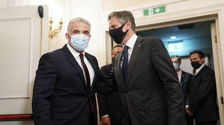 Yaïr Lapid, le ministre des Affaires étrangères israélien (à droite), et Anthony Blinken, le secrétaire d'Etat américain, le 27 juin 2021 à Rome (Italie). (ANDREW HARNIK / POOL / AFP)