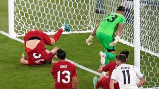 La défense turque aux abois sur l'ouverture du score italienne sur un but contre son camp de Merih Demiral. (ANDREW MEDICHINI / POOL)