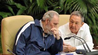 Fidel Castro en compagnie de son frère Raul lors du 6e congrès du Parti communiste cubain en avril 2011 à LA Havane. (ADALBERTO ROQUE / AFP)