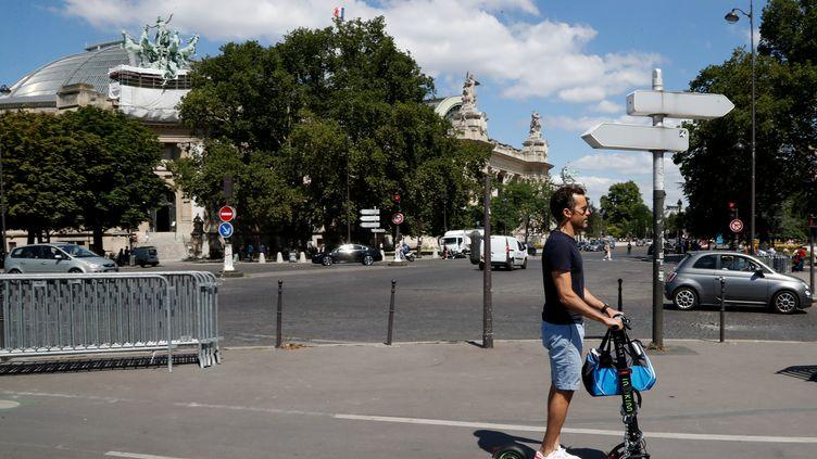 Un utilisateur de trottinette électrique à Paris le 9 juillet 2018 (FRANCOIS GUILLOT / AFP)