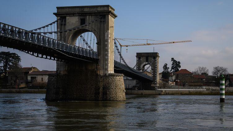 Une vue du pont qui traverse le Rhône entre les villages d'Andance (Ardèche) et d'Andancette (Drôme), le 29 décembre 2019. (JEAN-PHILIPPE KSIAZEK / AFP)