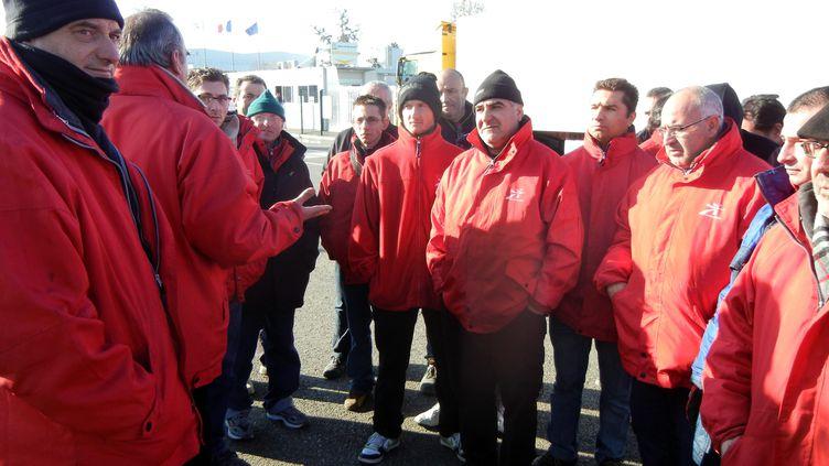 Les salariés de la plateforme Intermarché de Bressols (Tarn-et-Garonne), en grève pour protester contre le licenciement de Joël accusé d'avoir mangé deux biscuits, le 30 novembre 2012. (MORGANE CULIE / MAXPPP)