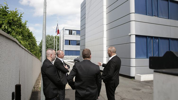 Des agents du service d'ordre du FN devant le siège du parti à Nanterre, en mai 2015. (MAXPPP)