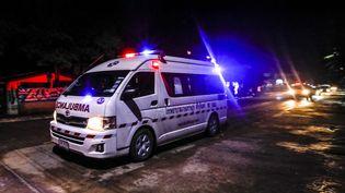 Une des ambulances diligentées pour évacuer les adolescents piégés depuis quinze jours dans la grotte deTham Luang, en Thaïlande, le 8 juillet 2018. (KRIT PHROMSAKLA NA SAKOLNAKORN / THAI NEWS PIX / AFP)