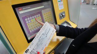 Un distributeur automatique de billets de train à la gare SNCF de Vannes (Morbihan), en 2011. (MAXPPP)