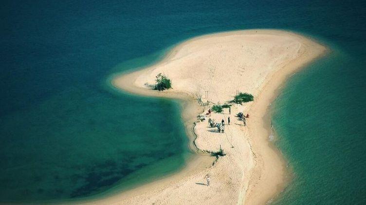 """La plage où avait commencé le tournage de """"Koh-Lanta"""" en mars 2013, sur l'île deKoh Rong,au Cambodge. (FRANCK FIRMIN-GUION / TWITTER)"""