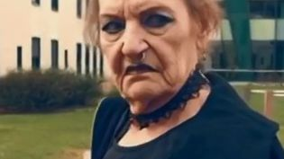 Une grand-mère s'est déguisée en punk pour le clip. (CAPTURE ECRAN FRANCE 2)